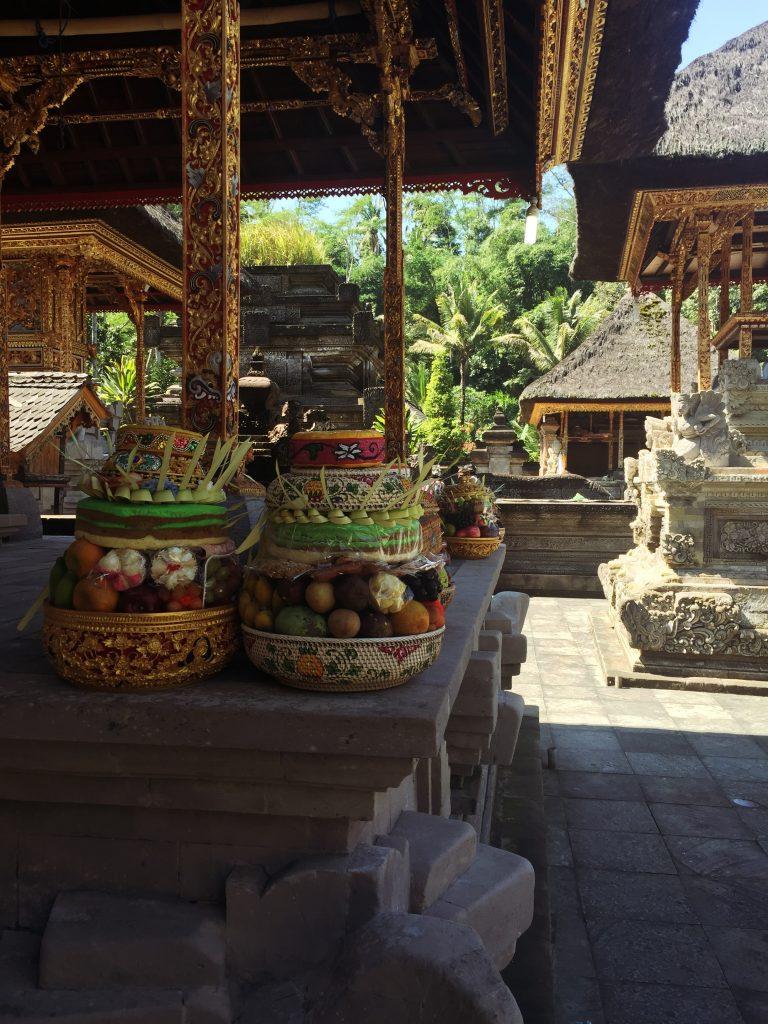 Bali - temple tirta empul offrandes everglow