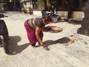 Bali - offrandes dame everglow _1977